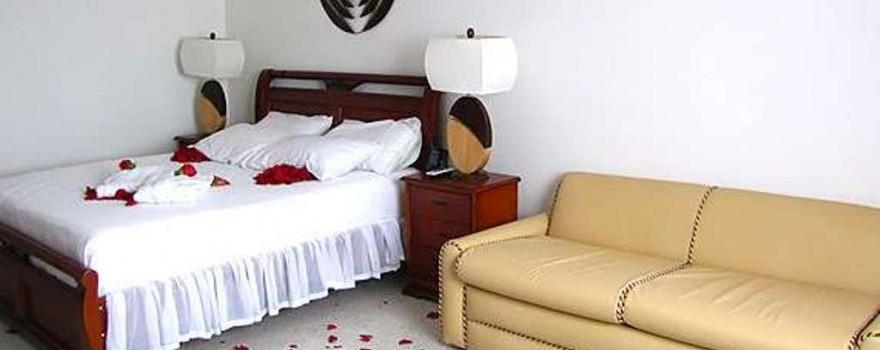 Suite.  Restaurante Le plac. Fuente: hotelcartagenaplaza.com.co